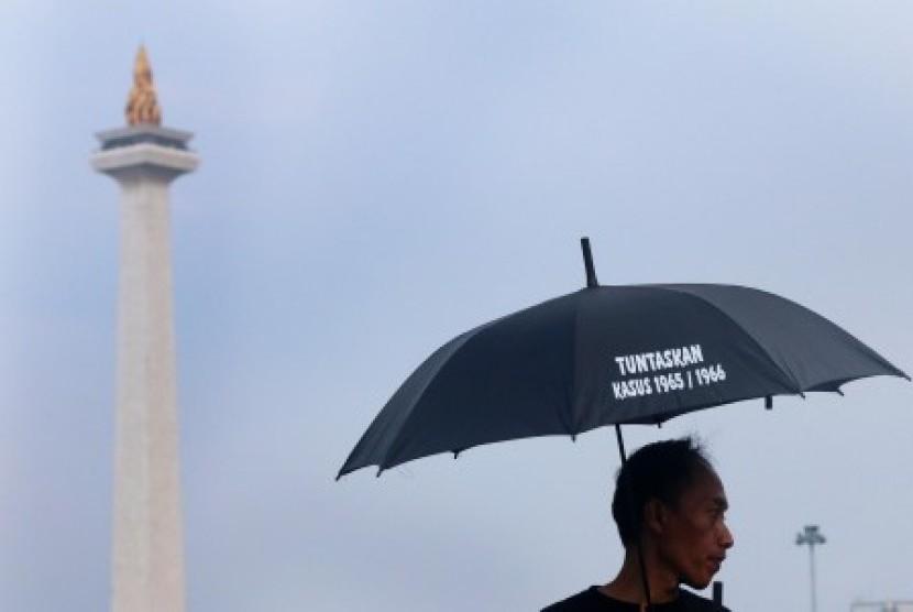 Anggota Koalisi Peringatan Hari Hak Asasi Manusia (HAM) melakukan aksi kamisan ke-423 dalam rangka memperingati Hari Hak Asasi Manusia (HAM) Sedunia di depan Istana Merdeka, Jakarta, Kamis (10/12).
