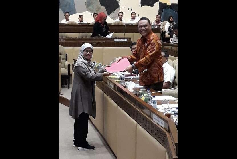 Anggota Komisi II DPR RI, Andi Mariattang menyerahkan berkas aspirasi kepada Menpan RB, Syafruddin di gedung Parlemen Senayan Selasa (18/9).