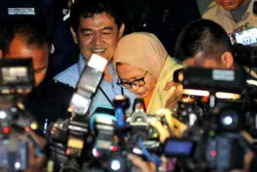Anggota Komisi II DPR RI, Chairun Nisa (baju oranye) usai menjalani pemeriksaan di gedung KPK pascaoperasi tangkap tangan, Jakarta, Kamis (3/10).