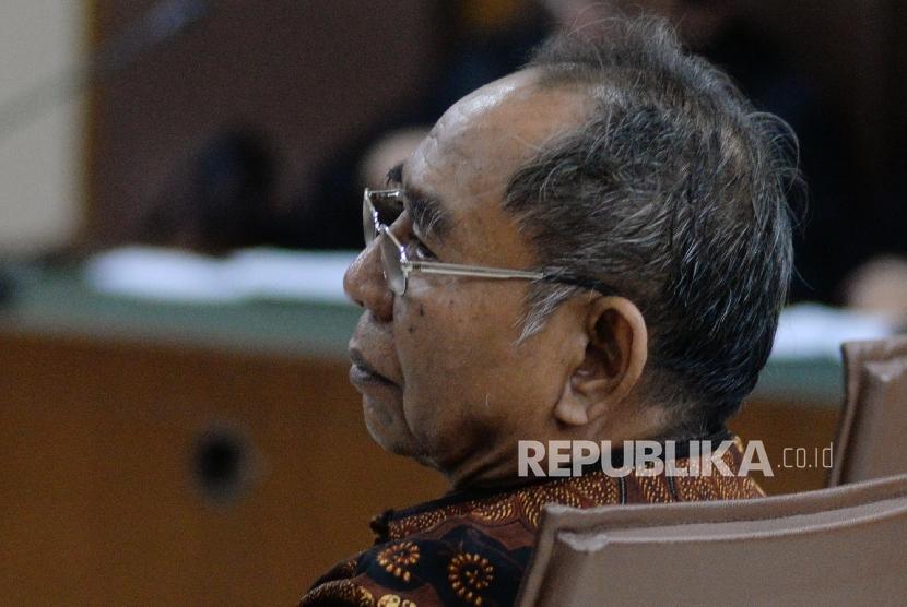 Anggota Komisi IX 2009-2014 dari fraksi Partai Golkar Charles Jones Mesang mengikuti sidang putusan di Pengadilan Tipikor, Jakarta, Kamis (7/9).
