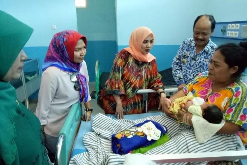 Anggota Komisi IX Andi Fauziah di sela peninjauan di RSUD Dr. H. Abdul Moeloek, Bandar Lampung, Lampung, Selasa (2/5).