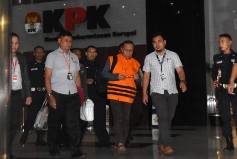 Anggota Komisi IX DPR Fraksi Partai Demokrat Amin Santono (tengah) mengenakan rompi tahanan KPK seusai menjalani pemeriksaan pasca-operasi tangkap tangan di Gedung KPK, Jakarta, Ahad (6/5) dini hari. KPK menetapkan Amin Santono bersama tiga orang lainnya sebagai tersangka kasus dugaan korupsi berupa penerimaan hadiah atau janji mengenai usulan dana perimbangan keuangan daerah pada RAPBN Perubahan 2018.