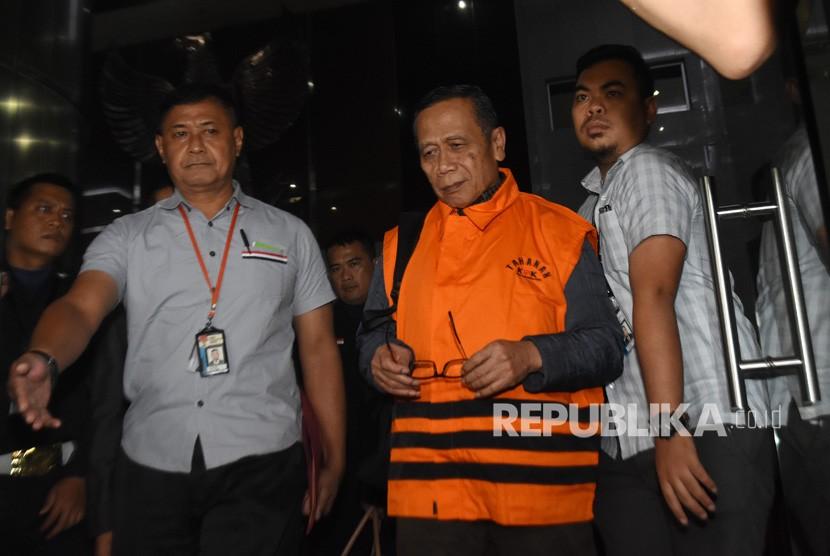 Anggota Komisi IX DPR Fraksi Partai Demokrat Amin Santono (tengah) mengenakan rompi tahanan KPK seusai menjalani pemeriksaan pasca-operasi tangkap tangan di Gedung KPK, Jakarta, Ahad (6/5) dinihari.