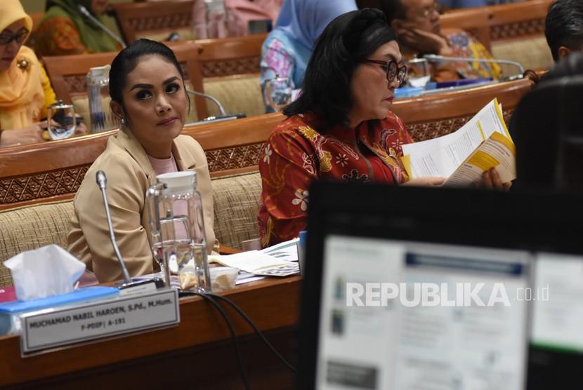 Anggota Komisi IX DPR yang juga aktris Krisdayanti (kiri) meminta masyarakat terus menjaga kesehatan di masa pandemi. (iustrasi).