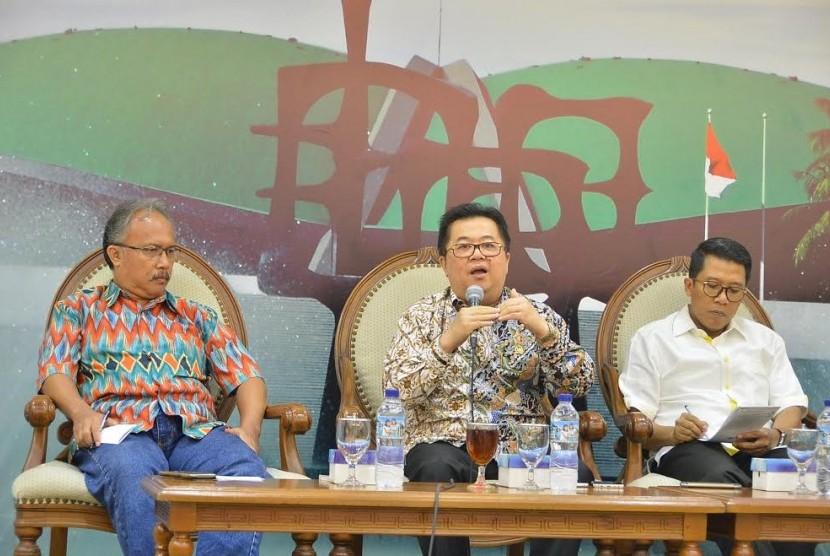 Anggota Komisi VI DPR Darmadi Durianto (tengah).