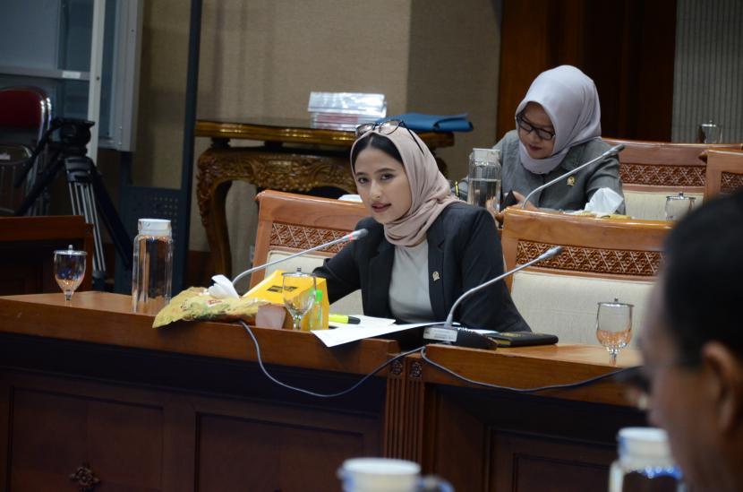Anggota Komisi VII DPR dari Fraksi Golkar, Dyah Roro Esti, saat mengikuti rapat kerja di Komisi VII, Kompleks Parlemen Senayan.