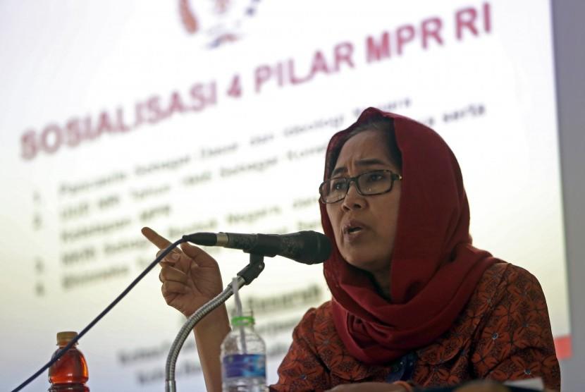 Anggota Komisi XI DPR RI Eva Kusuma Sundari menjelaskan mengenai empat pilar Pancasila dalam sosialisasi di Auditorium Universitas Islam Blitar (UNISBA), Jawa Timur, Selasa (29/2).