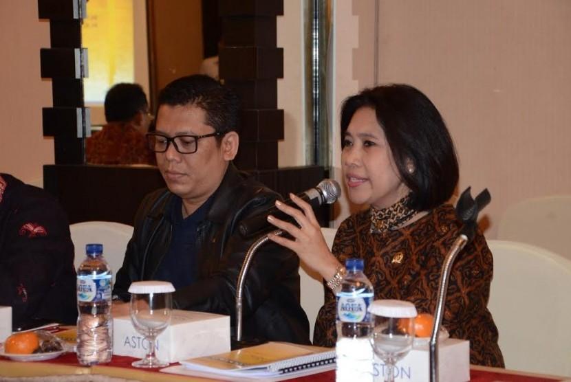 Anggota Komisi XI DPR RI Indah Kurnia (kanan).