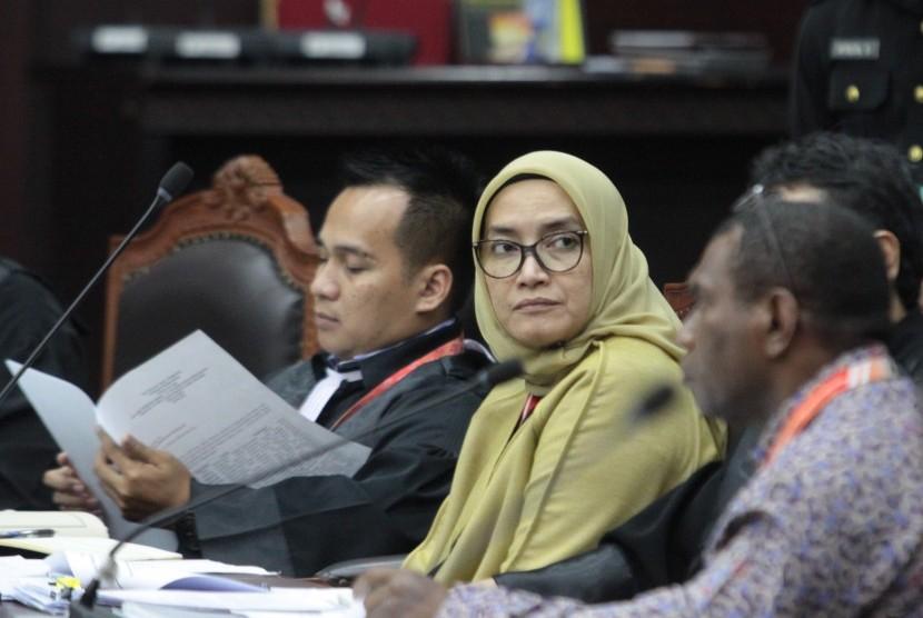 Anggota komisioner KPU Evi Novida Ginting Manik (tengah) hadir dalam sidang pendahuluan sengketa hasil Pemilu Legislatif 2019 di gedung MK, Jakarta, Jumat (26/7/2019).