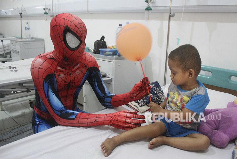 Pasien kanker anak dihibur oleh tokoh superhero.