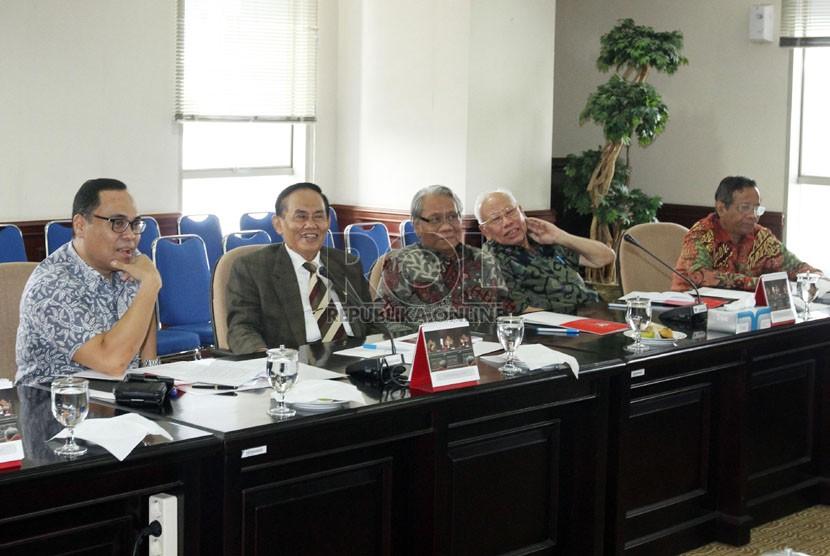Anggota majelis kehormatan MK sebelum menggelar rapat tertutup dewan kehormatan MK di Gedung Mahkamah Konstitusi, Jakarta, Jumat (4/10).    (Republika/Adhi Wicaksono)
