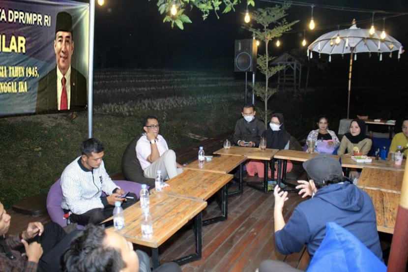 Anggota  MPR RI, Rizki Sadig, saat Sosialisasi Empat Pilar MPR RI di Kafe Arunika, Kabupaten Tulungagung, Ahad (30/5) lalu.