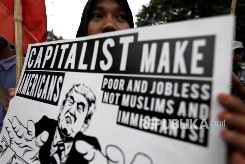 Aksi unjuk rasa menolak kebijakan anti-imigran Donald Trump di Kedutaan Besar Amerika Serikat di Jakarta.