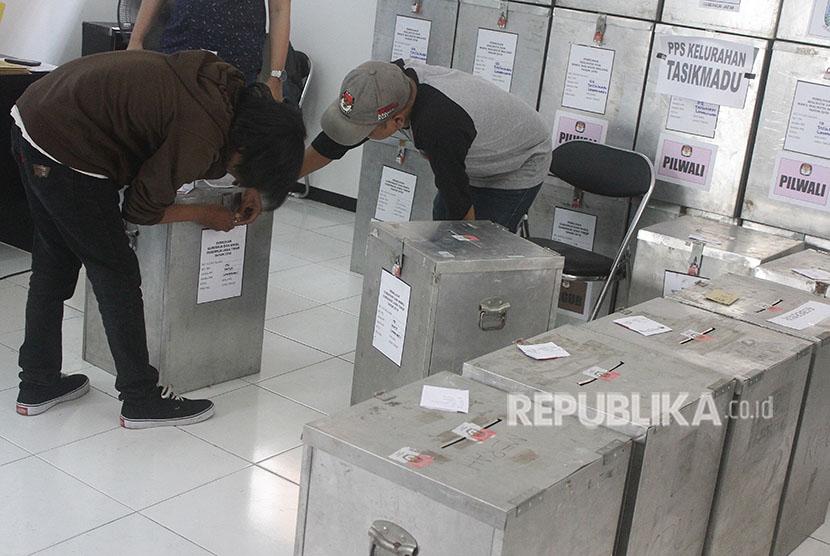Anggota Panitia Pemilihan Kecamatan (PPK) melakukan rekapitulasi perolehan suara Pilgub Jatim dan Pilkada Malang di Malang, Jawa Timur, Jumat (29/6).