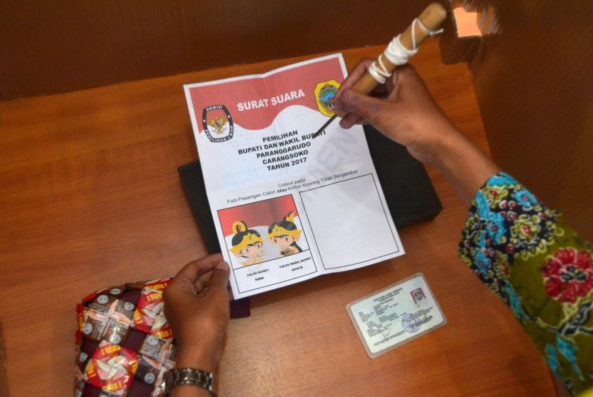 Anggota Panitia Pemilihan Kecamatan (PPK) mempraktekkan cara menyoblos surat suara calon tunggal saat simulasi pemungutan dan penghitungan suara Pilkada di Pati, Jawa Tengah, Senin (9/1).