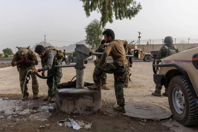 Anggota Pasukan Khusus Afghanistan berkumpul kembali setelah bentrokan hebat dengan Taliban selama misi penyelamatan seorang polisi yang dikepung di sebuah pos pemeriksaan, di provinsi Kandahar, Afghanistan pada 13 Juli 2021