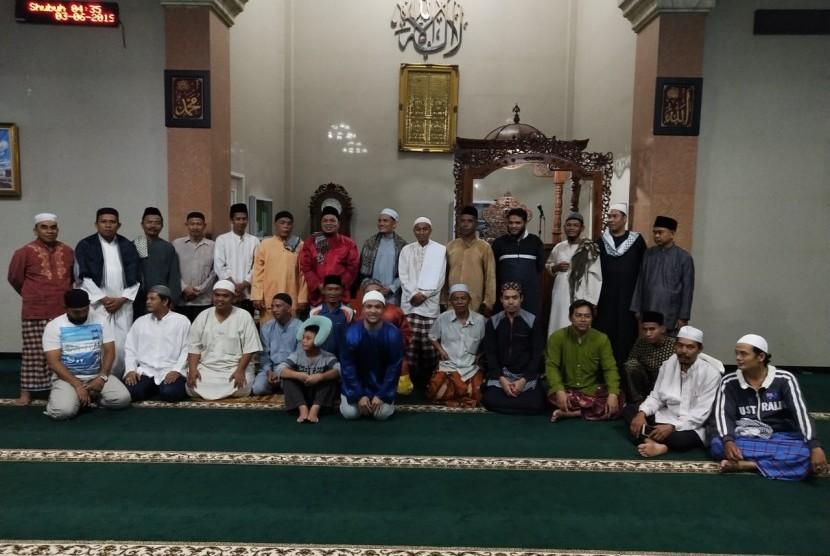 Anggota Pejuang Subuh Nongsa Batam berpose di masjid di sela acara sahur bersama dan iktikaf.
