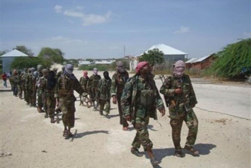Anggota pemberontak Somalia, Al-Shabab, melakukan patroli. (ilustrasi)