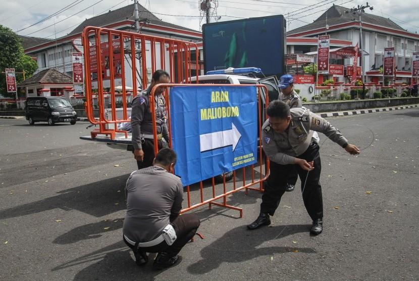 [Ilustrasi] Anggota Polisi Lalu Lintas memasang penunjuk arah di bundaran Kridosono, Kotabaru, DI Yogyakarta, Jumat (23/12).
