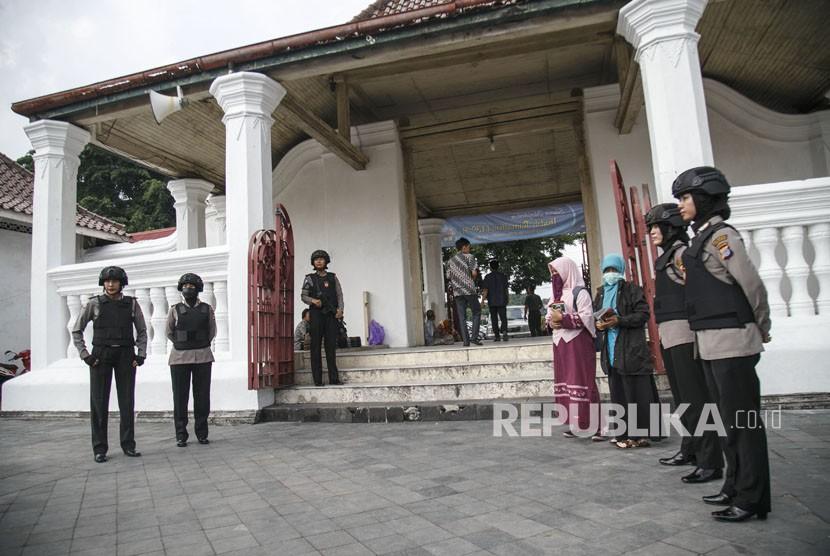 Anggota Polisi Wanita (Polwan) melakukan penjagaan saat ibadah salat Jumat di Masjid Kauman, DI Yogyakarta, Jumat (18/5).