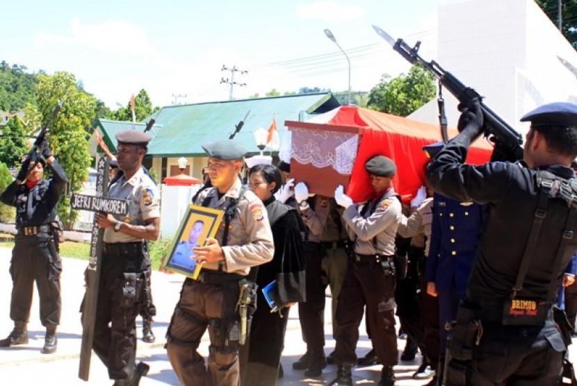 Anggota Polresta Jayapura membawa peti jenazah Briptu Jefri Rumkorem, Kamis (29/11). Jefri meninggal akibat ditembak oleh sekelompok orang bersenjata di Mapolsek Pirime, Kabupaten Lani Jaya, Papua.