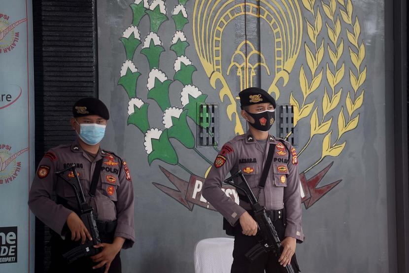 Anggota Polri berjaga di pintu masuk Lapas Kelas 1 Tangerang, Banten.