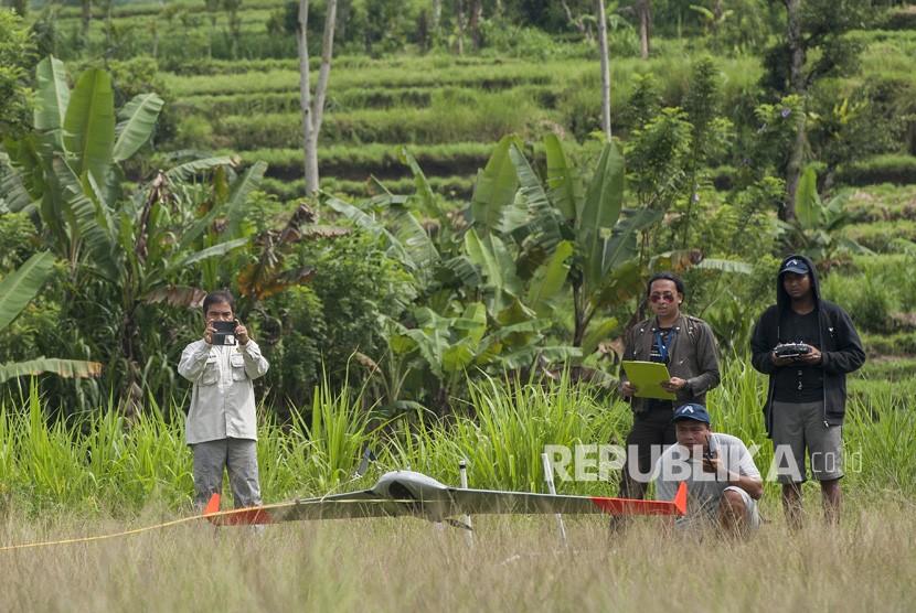 Anggota tim drone Pusat Vulkanologi dan Mitigasi Bencana Geologi (PVMBG) menerbangkan pesawat jenis AI450ER untuk memantau aktifitas Gunung Agung yang masih berstatus awas di Desa Selat, Karangasem, Bali, Selasa (23/1).