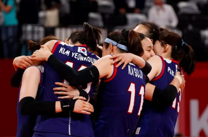 Anggota tim Korea Selatan merayakan kemenangan atas Turki pada perempat final bola voli putri Olimpiade Tokyo 2020 di Ariake Arena, Tokyo, Jepang, Rabu (4/8/2021).