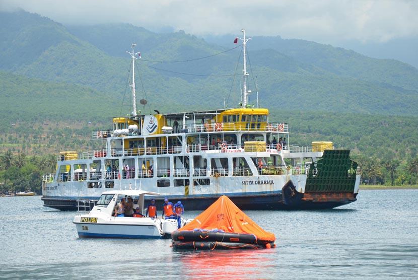 Anggota Tim SAR merapat di Pelabuhan Kayangan usai melakukan pencarian korban kapal feri Munawar yang tenggelam di perairan Selat Alas, Selong, Lombok Timur, NTB, Jumat (3/1).