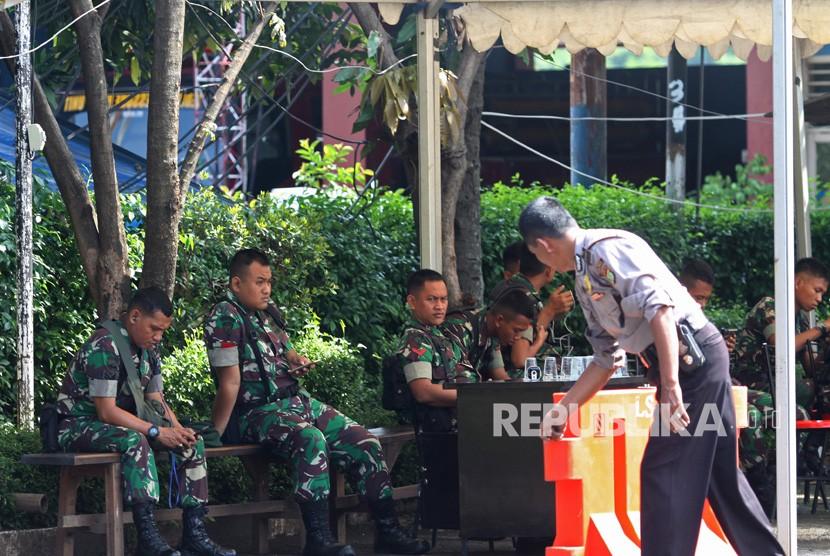 Anggota TNI berjaga di sekitar Polsek Ciracas, di Jakarta, Kamis (13/12/2018).