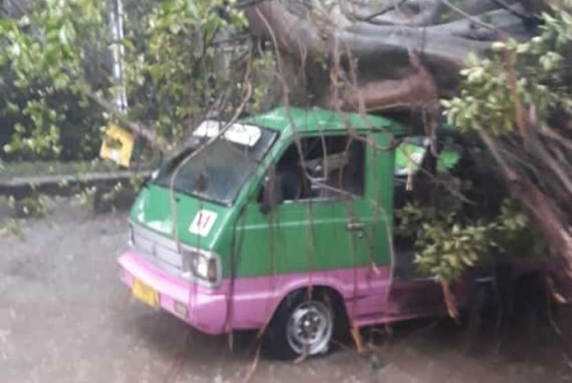 Angin puting beliung merobohkan sejumlah pohon dan atap rumah warga di sejumlah wilayah di Kota Bogor, Kamis (6/12) sore.