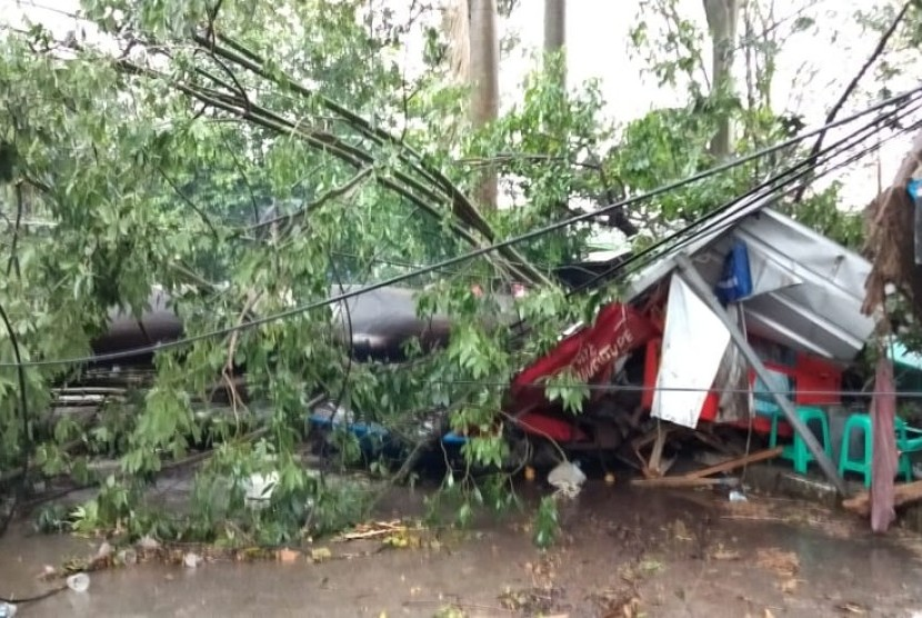 Angin yang cukup kencang disertai hujan deras dengan berbutiran batu es kecil melanda Kota Depok, Senin (1/4). Hujan disertai angin berlangsung selama 50 menit itu juga menimbulkan pohon tumbang di beberapa tempat.