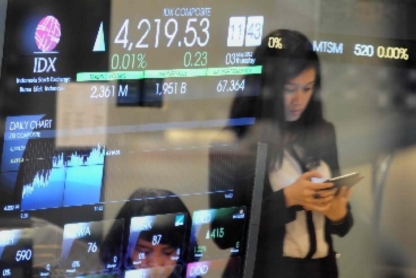 Indeks harga saham gabungan (IHSG) pada layar di Bursa Efek Indonesia (BEI), Jakarta (ilustrasi).