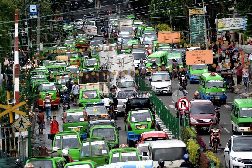 Angkot melintas di di Jalan Kapten Muslihat, Bogor, Jawa Barat. (Ilustrasi)