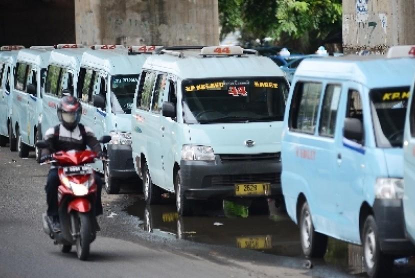 Angkutan kota tidak mau menurunkan tarif, meski harga BBM turun.
