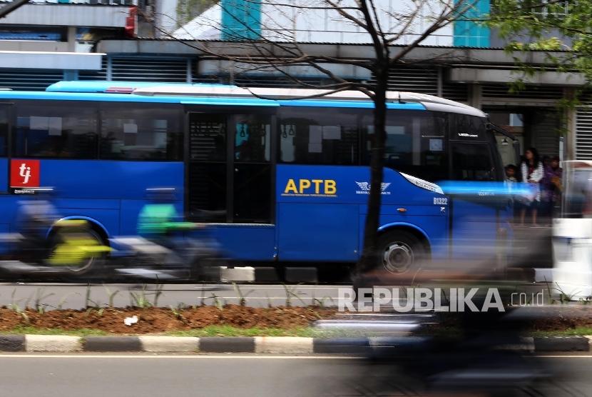 Angkutan Perbatasan Terintegrasi Busway (APTB) melintas di Halte BNN, Jakarta, Senin (7/3).