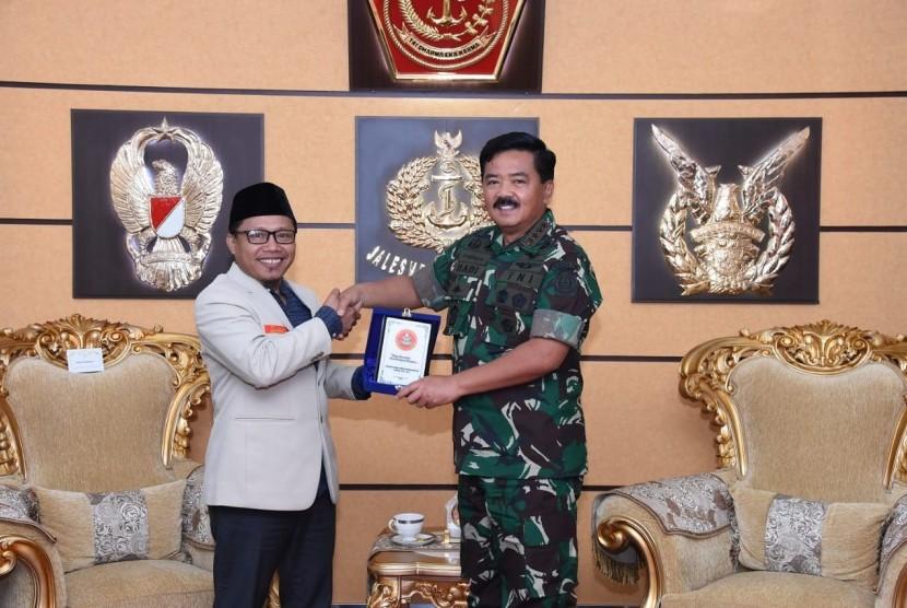 Panglima TNI, Marsekal Hadi Tjahjanto, menerima kunjungan Ketua Umum PP Pemuda Muhammadiyah, Sunanto, di Markas Besar TNI, Cilangkap, Jakarta Timur, Selasa (8/1).