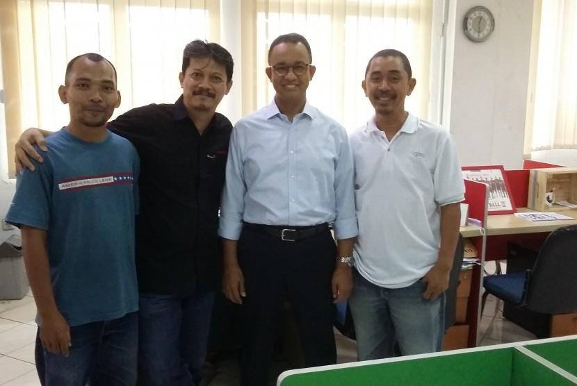 Anies tampak berpose dengan awak redaksi Republika, Erdi Nasrul, Maman Sudiaman dan Hiru Muhammad (kiri ke kanan).