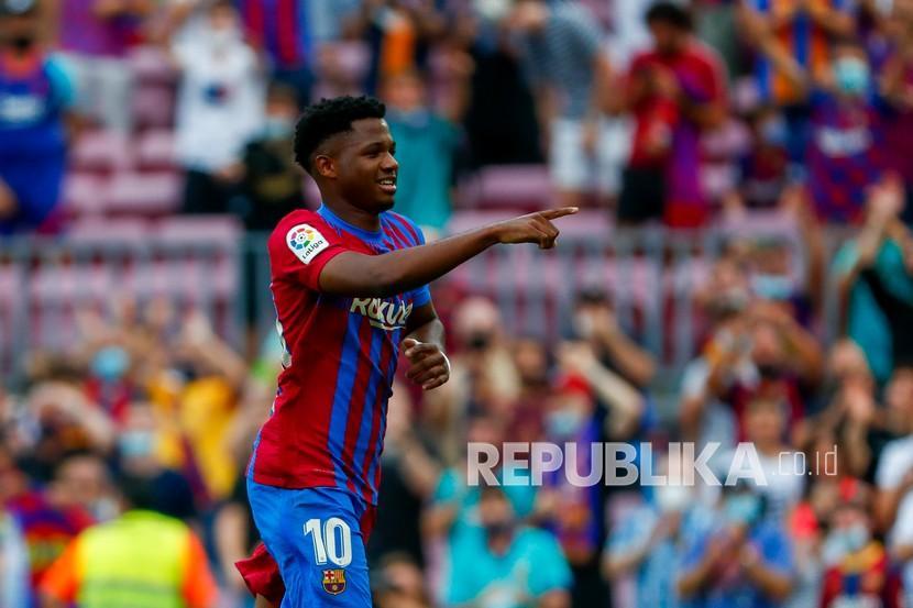 Ansu Fati dari Barcelona merayakan setelah mencetak gol ketiga timnya pada pertandingan sepak bola La Liga Spanyol antara FC Barcelona dan Levante di stadion Camp Nou di Barcelona, Ahad (26/9) malam.