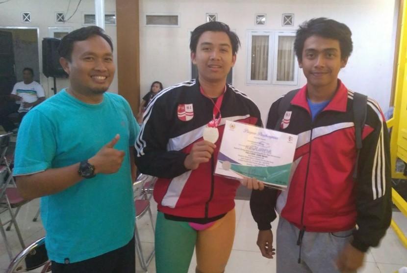 Antaseno Kusuma (tengah), juara kedua Kejurda Renang Jawa Barat 2018.