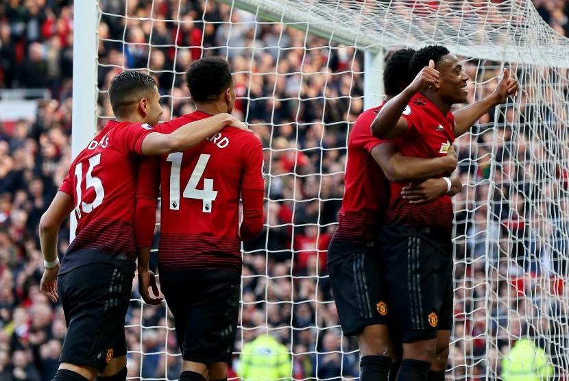 Anthony Martial (R) dari Manchester United merayakan setelah mencetak keunggulan 2-0 selama pertandingan sepak bola Liga Inggris antara Manchester United dan Watford FC di Old Trafford di Manchester, Inggris, 30 Maret 2019.