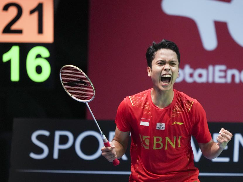 Anthony Sinisuka Ginting dari Indonesia merayakan kemenangannya dalam pertandingan final Piala Thomas beregu putra antara China dan Indonesia, di Aarhus, Denmark, 17 Oktober 2021.