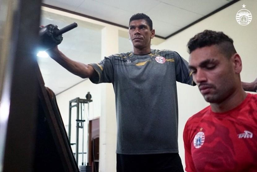 Antonio Claudio saat memberikan materi latihan untuk menjaga kebugaran pemain Persija Jakarta. (Ilustrasi)