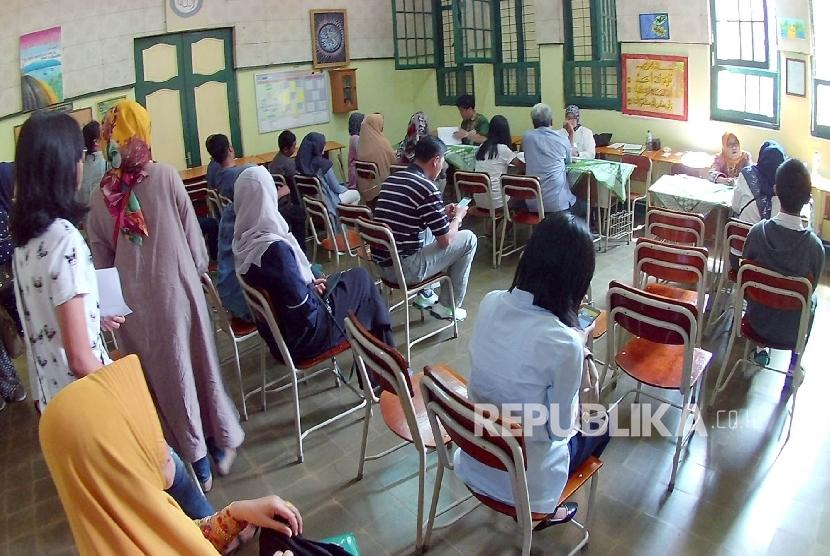 Antrean dibagian informasi Penerimaan Peserta Didik Baru (PPDB) di SMA Negeri 5, Kota Bandung, Rabu (5/7).