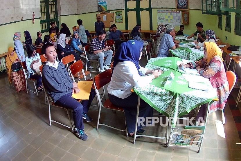 Antrean di bagian informasi Penerimaan Peserta Didik Baru (PPDB) di SMA Negeri 5, Kota Bandung (ilustrasi)