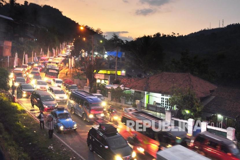 Antrean kedaraan para pemudik di jalur selatan, Jl Nagreg, Kabupaten Bandung, Sabtu (2/7) sore. (Foto: Mahmud Muhyidin)