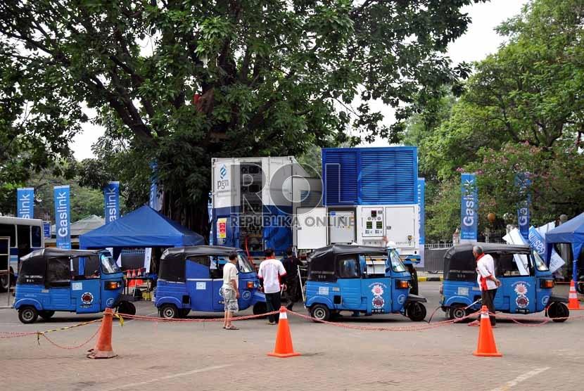 Antrean kendaraan bajaj yang mengisi bahan bakar gas (BBG) menggunakan Mobile Refueling Unit (MRU) di kawasan Monas, Jakarta Pusat, Rabu (4/9).    (Republika/Prayogi)