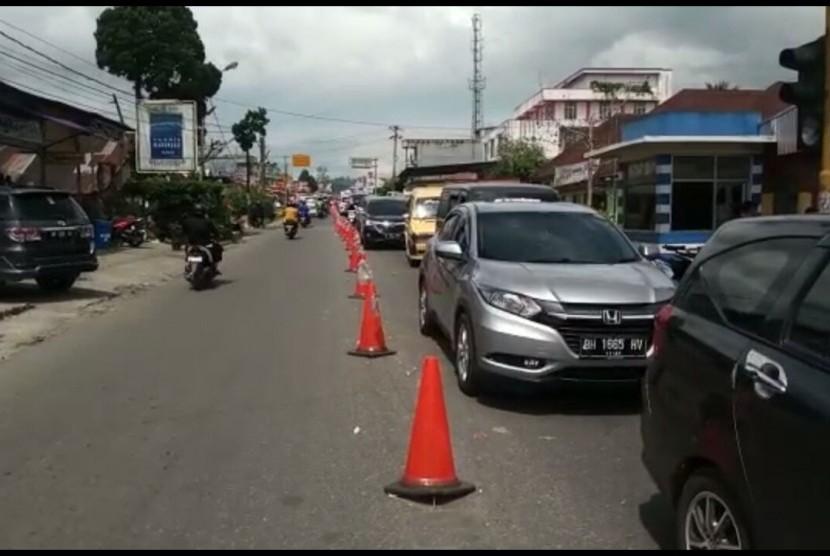 Antrean kendaraan di depan Pasar Padang Luar, Kota Bukittinggi.