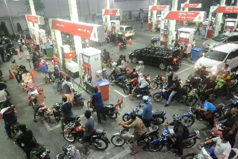 Antrean kendaraan di sebuah SPBU di Jakarta, sebelum Presiden Joko Widodo mengumumkan kenaikan BBM, Senin malam (17/11).
