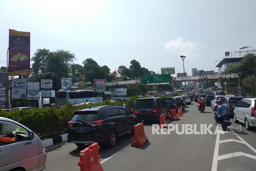 Antrean kendaraan menuju arah Puncak terlihat dari Pos Pantau Simpang Gadog, Selasa (19/6). Sistem one way mulai diberlakukan pukul 07:00.